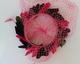 Velours magnifique plume et filet célèbre Barr chapeau pourpre et rose vert
