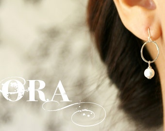 silver circle pearl earrings, bridal pearl earrings, bridesmaids jewelry, simple silver earrings, gift under 25