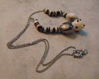 Collier de perle Lampwork noir et blanc avec collier de pièce florale