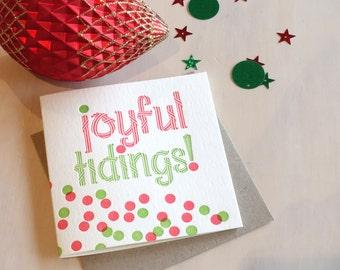 Confettis de carte de Noël, carte de vacances de typographie, typographie joyeuse nouvelle carte de Noël, rouge et vert à pois et carte de taches