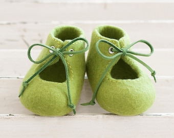 Felted baby shoes, Green unisex booties with leather laces, Photo prop, Newborn baby, Pram shoes, Newborn coming out home outfit