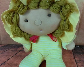 Vintage 1978 ELKA Plush Doll//Soft Stuffed Doll//Yarn Hair//Yellow Bonnet//Large Oval Face//Repurpose Voodoo Doll/Pin Cushion//Retro Toys