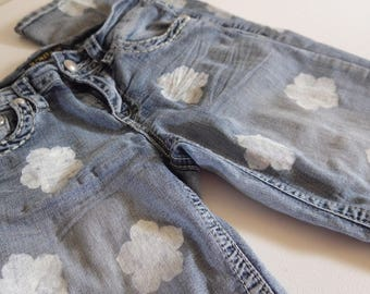 Refashioned Damen Jeans - washed Denim, Flair geschnitten Manschette, gemalt von weißen Blumen, Größe 4