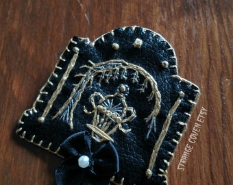 Memento Mori - Victorian Mourning Inspired - Gravestone Brooch / Pin -- Willow & Urn - Embroidery - Vegan leather - Felt Back