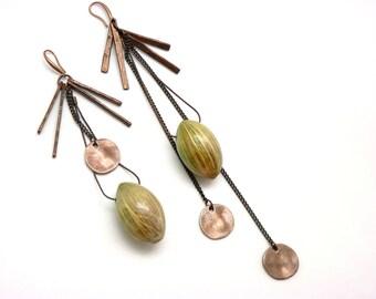 Longues Boucles d'oreilles VEGAN en métal cuivré, résine verte et végétal ASYMETRIQUES / Collection Cosmique / par KUMKA