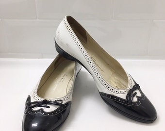 salvatore ferragamo shoes // designer shoes // womens shoes // italian shoes // black and white shoes // vintage shoes // size 6.5 // pumps