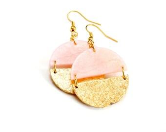 Goldene Statement Ohrringe, runde Hängeohrringe mit Blattgold, Rosenquartz und gold, rosa Ohrringe, Geschenk für Sie, Weihnachtsgeschenk