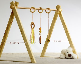Montessori Baby gym Playset of awakening, pale orange and yellow version 3 rattles, spheres in wood on the sides.