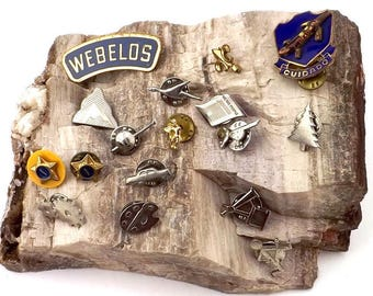 old collectibles lot, memorabilia lot, 17 award merit pins, 1950s scout badges, variety vest badges, old enamel brooches, metal insignia pin