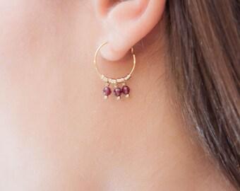 Boucles d'oreilles mini créoles Eva grenat dorées à 'or fin véritables pierres fines grenat