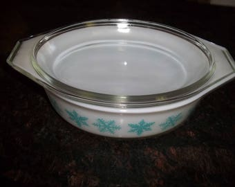 Pyrex 043 1 1/2 Turquoise  Snow Flakes Casserole/Serving Dish  for Baking with lid