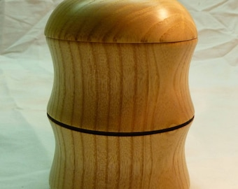 Box with lid in varnished wood - turning craft
