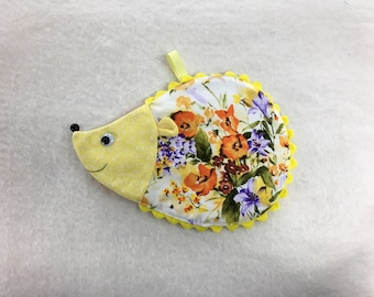 Hedgehog hot pad/ oven mitt/ animal hot pad/ trivet/ table decor/ kitchen decoration / house warming present/ gift for mom