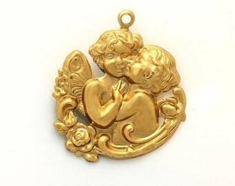 1pcs--Cherubs Kissing Charm, Raw Brass, Metal Stamping (B16-6)