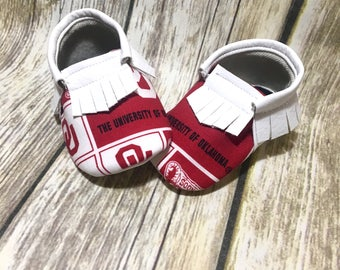 Oklahoma Sooners - Baby Shoes Moccasins - Handmade Moccs // Baby Moccs // Football Moccasins // TEXAS MOCCS // Baby Moccasins // Crib Shoes