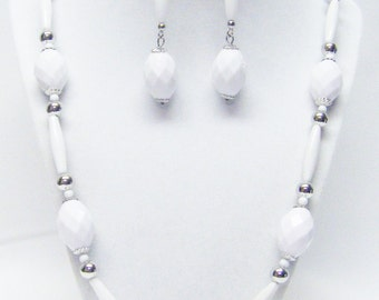 Chunky White Faceted Oval w/Slender Fluted Acrylic Bead Necklace /Earrings Set
