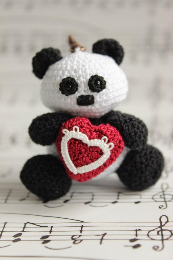 Muster-Panda mit roten Herz häkeln Amigurumi