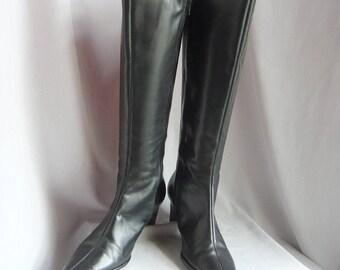 Vintage Black Leather Knee Boot Hi mys w Stretch vent / size 8 m Eu 38 .5 UK 5 .5 / Basic Low Kitten Heel / made in Brazil