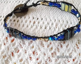 Unisex bracelet in blue glass beads and Golden beads.