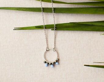 Kette Kreis Ring kurz in Rhodium veredeltem Messing, silberfarben mit Perlen bestückt. Super schöner Boho Hippie Look