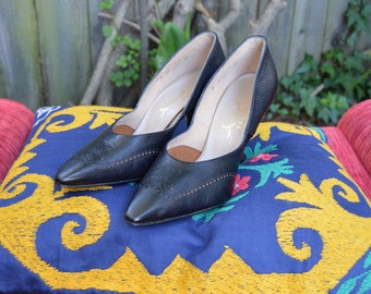 1950s-1960s Accent Delicados Detailed Black Pebble Leather Stilettos with Faux Wood Heel - 8