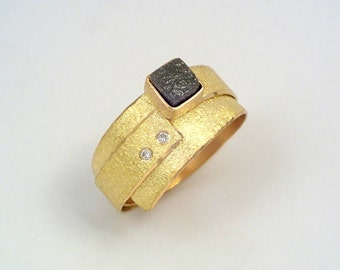 Artistic 18K gold ring with a cube-shaped rough diamond, two diamonds and a hammered surface, Alternative engagement ring, Gold wrap ring