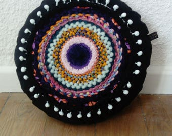 Round cushion weaving and pompons