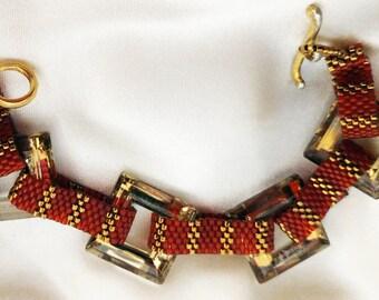 Einzigartiges Armband, Square Crystal Swarovski Anhänger, Peyote Links Miyuki Delica Perlen, glamouröses Armband, Handmade, Gold geflochten Knebelverschluss