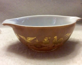 Vintage pyrex brown and gold decor 1 1/2 quart mixing bowl.