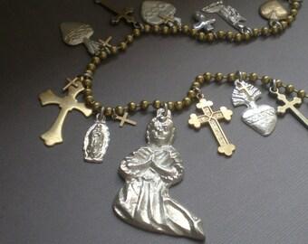 Prière de bénédiction à longue chaîne collier. Pendentif Milagro Gypsy. CADEAU...  Sacrés-cœurs au Mexique. De mariage. . Collection de Frida Kahlo