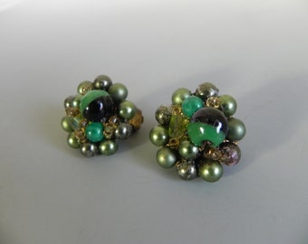 Vintage 1950s Green Glass Bead Earrings / Japan Jewellery / 50s Retro Green Glass Earrings - on sale