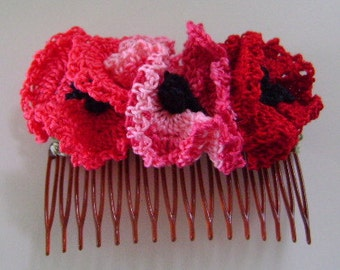 3 Poppies Shades of Red on Plastic Comb