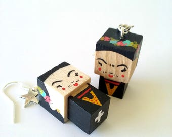 """Boucles d'oreilles figurines cubiques kawaï en bois """"Frida Kahlo"""" - peintes à la main"""