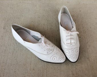 vtg 80s WHITE lace up WINGTIP OXFORDS flats 8.5 leather brogues preppy boho shoes pointy flats