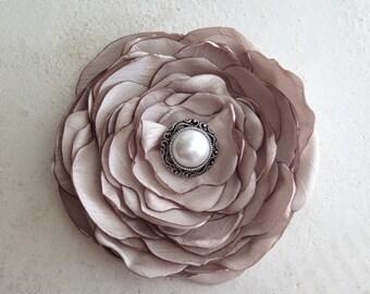 Champagne Silk Flower Hair Clip.Champagne Flower Headpiece.Flower brooch.Champagne pin.Bridal Hair Accessory.Champagne flower hair piece