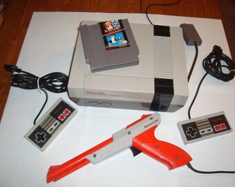 Nintendo NES Console + 2 Controllers , Zapper & Duck Hunt / Mario