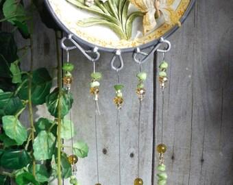 Dreidimensionale Kunst, Skulpturen Szene einschließlich Blumen und Schmetterling, Upcycled Teller mit handgefertigten Glasmalerei Windspiele