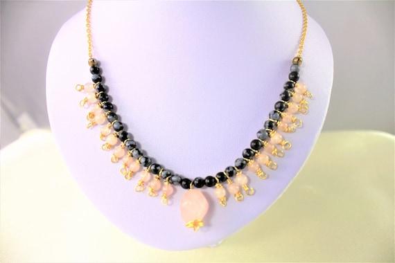 collier bohème chic mariage  pierres fines obsidienne et quartz rose et chaîne plaqué or