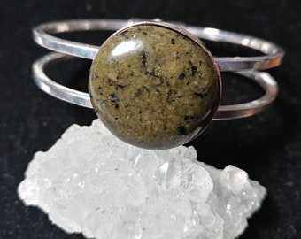 Silver tone hinge bracelet with green and black stone