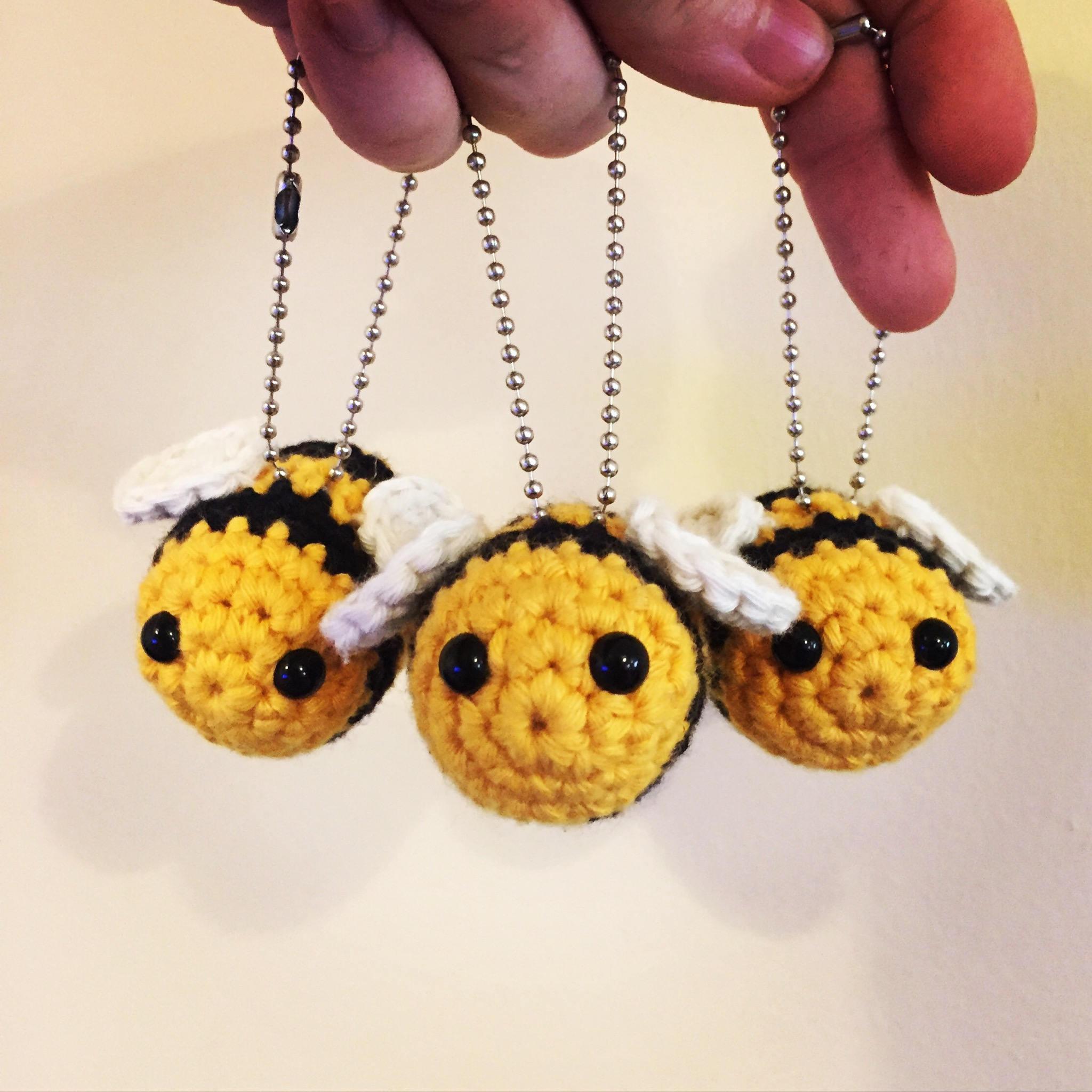 Bumble the bee crochet keychain/key ring pattern. Amigurumi
