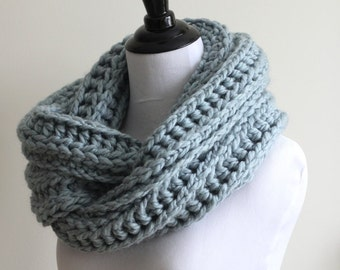 CHUNKY WINTER SCARF, Soft infinity scarf in blue grey, hand knit winter scarf, circle scarf, warm and cozy, knit scarf, chunky winter cowl
