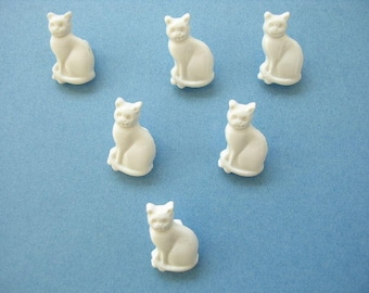 LOT 6 buttons: 16mm white cat