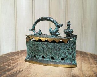Fer à charbon en laiton. Miniatures Vintage Français. Oranges et bleus / ustensiles de cuisine. Ferme Français. Très bon état.