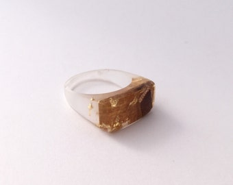 Crystal clear eco-resin ring with embedded eucalyptus wood and gold leaf flakes. Handmade with love.