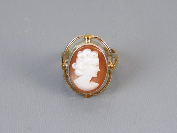 Vintage mid century hand carved Italian shell cameo ring 10k yellow gold mounting / size 5-3/4