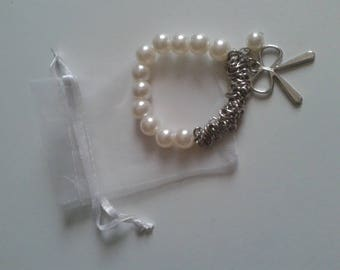 Elastic bracelet with white pearls with silver chain and bow