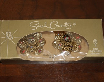 Vintage Sarah Coventry FASHION FLOWER Pattern Clip On Earrings Gold Tone Aurora Borealis Stones 1961 In Original Box Free Shipping