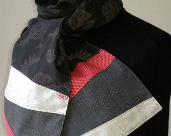 Scarf in grey, ecru and red fabric.