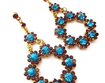 Paar Vintage unsigniert, goldfarbenes Metall prickelnde blau & Braun Strass Blume/Blumen Kranz baumeln Ohrstecker