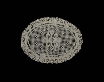 Vintage handmade oval crocheted doily -- light cream crocheted doily with flower center -- 19x14 inches / 48x36 cm